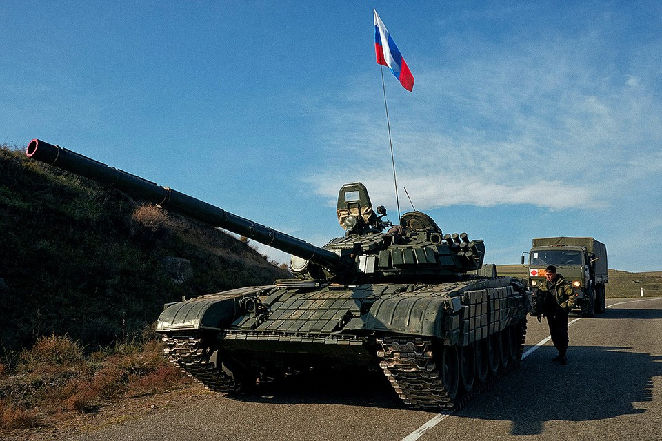 Танк российских миротворческих сил на границе Нагорного Карабаха.