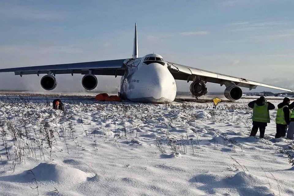«Я услышал сильный хлопок, а от двигателя полетели запчасти»: мы разобрали основные версии аварийной посадки Ан-124 в Толмачево