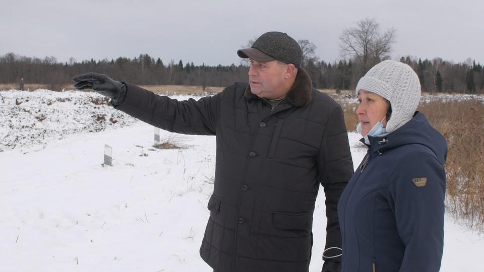 Руководитель Камского БВУ Александр Михайлов показывает нашему корреспонденту, как идут работы.