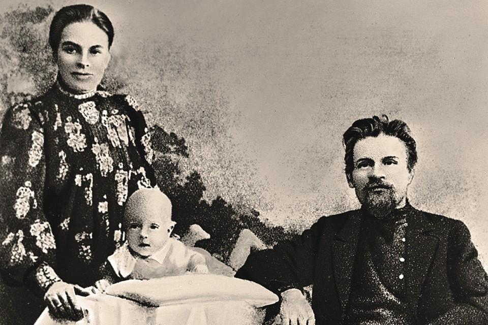 Михаил Калинин с женой Екатериной и сыном Валерьяном. В семье революционеров Калинина - Лорберг родилось двое сыновей и три дочери.