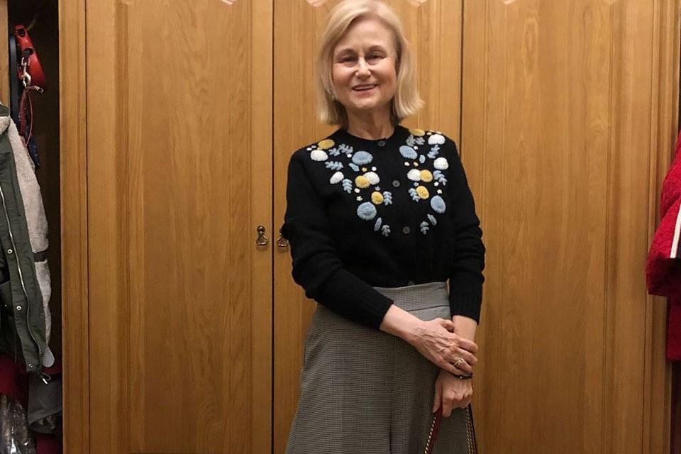 69-летння Дарья Донцова сегодня ездила на прием к врачу. Писательницу недавно выписали из больницы, где она не только лечилась, но и писала новую книгу.