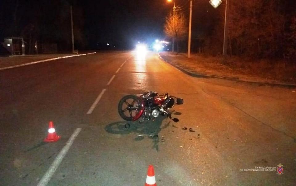 Водитель иномарки разворачивался на дороге и сбил мопед.