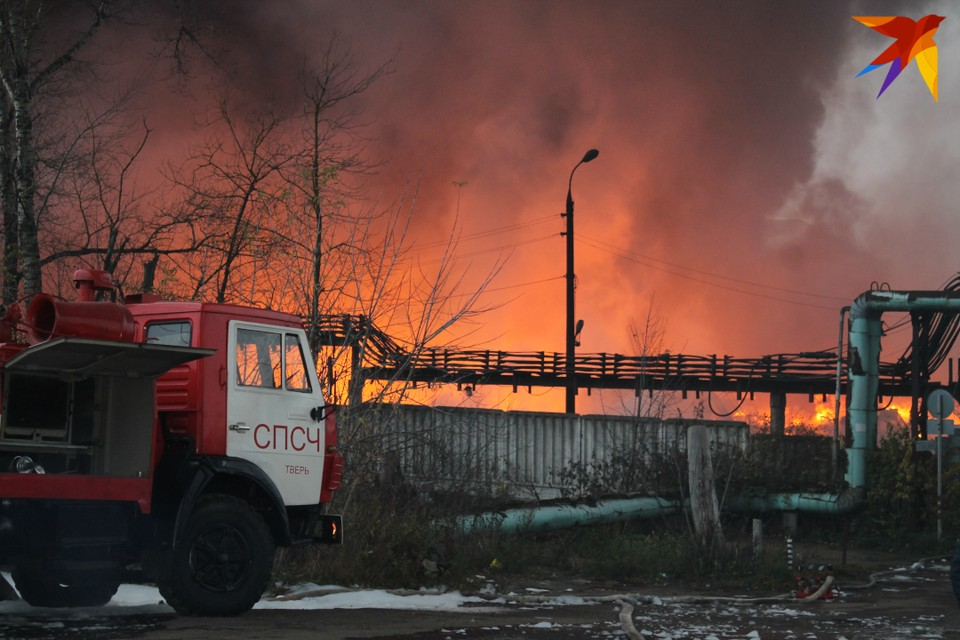 На крупном пожаре на складах химического сырья боролись с огнем более 90 пожарных с 25 единицами спецтехники.