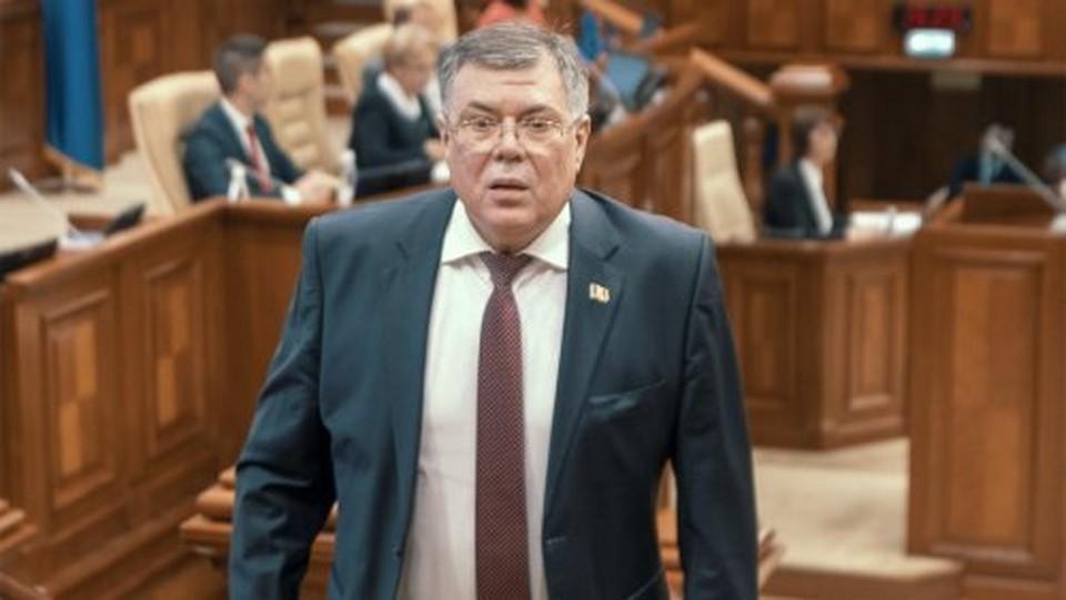 После того, как Реницэ вернулся в Молдову (ранее он занимал должность посла Республики Молдова в Румынии), у него были деньги на счетах в евро, леях.