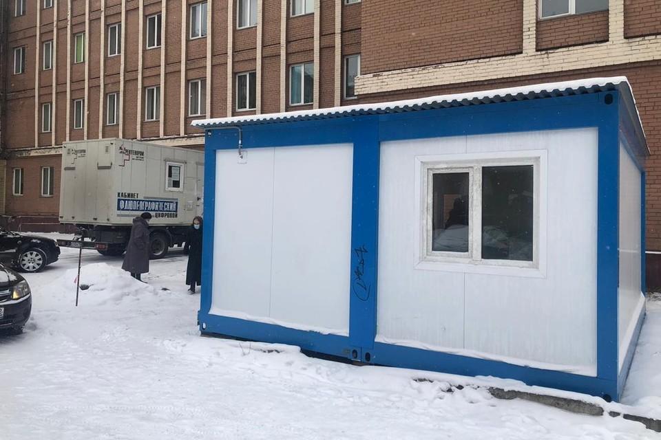 У кузбасских больниц продолжают устанавливать теплые пункты ожидания. Фото: Минздрав Кузбасса