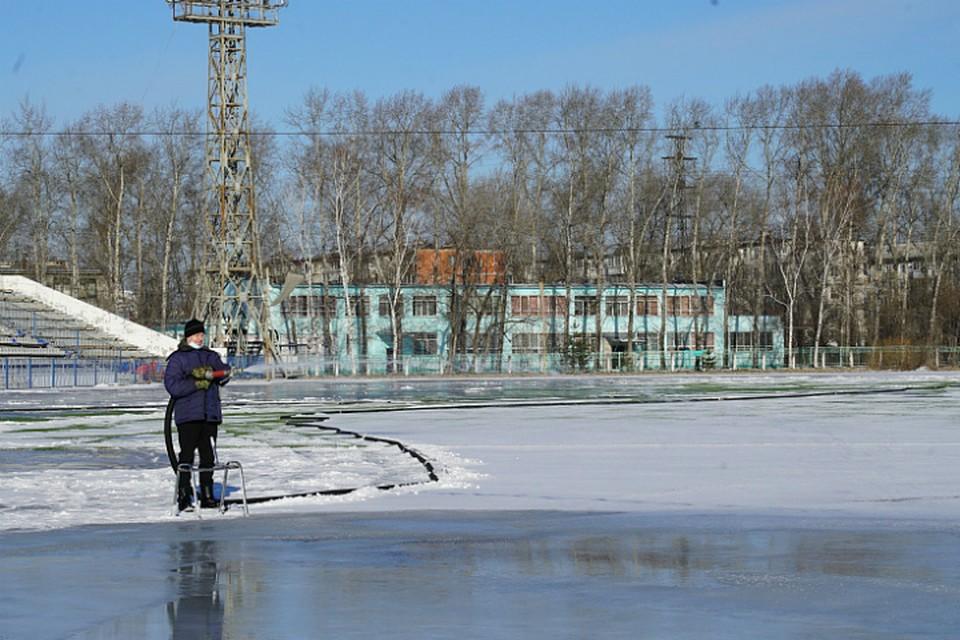 На стадионе «Юность» в Хабаровске заливают лед для конькобежцев