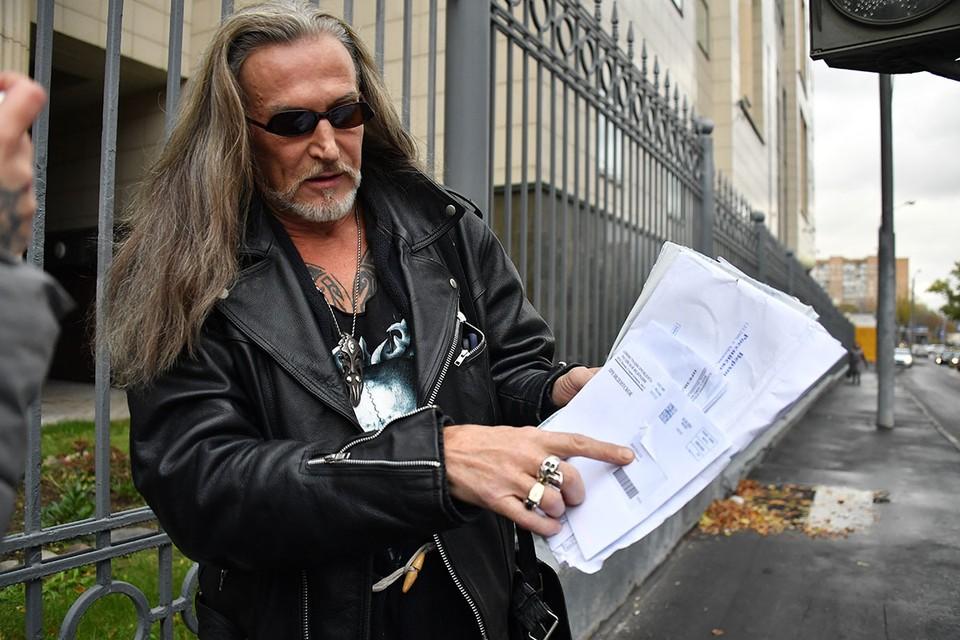 Противостояние Никиты Джигурды и звездного защитника Александра Добровинского достигло своего апогея: после вчерашнего столкновения у Хамовнического суда к делу подключилась полиция.