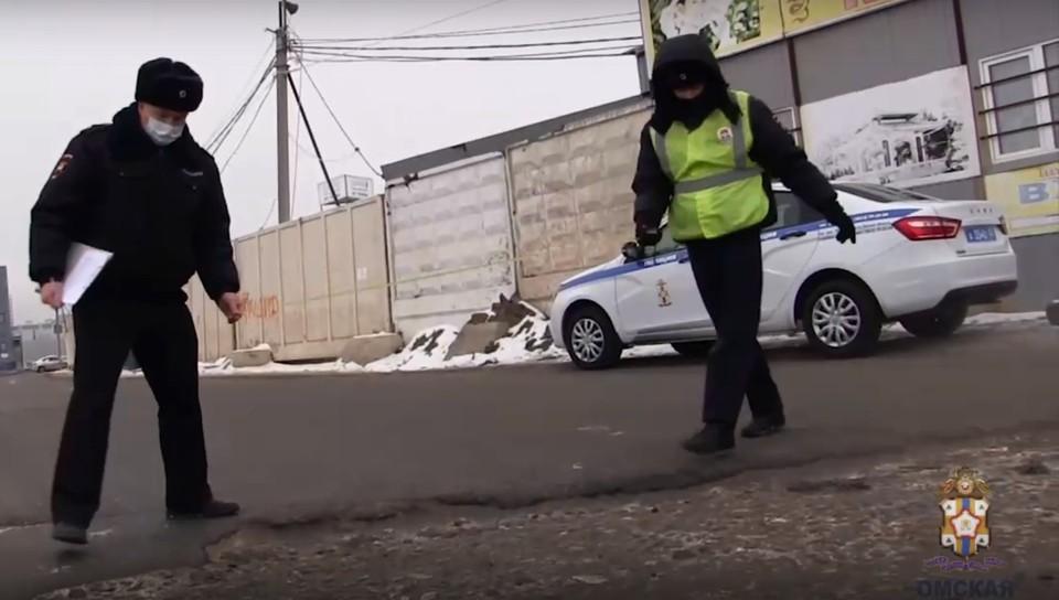 На объездной дороге от «Торгового города» до улицы 70 лет Октября выявили многочисленные нарушения. Скриншот видео (УМВД России по Омской области)