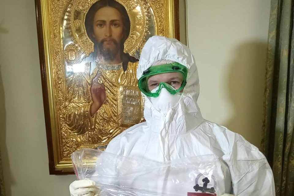 Священники в Хабаровске получили спецкостюмы для причащения больных