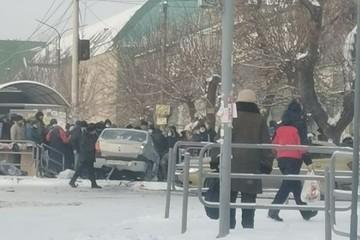 В Челябинске машина влетела в остановку с людьми