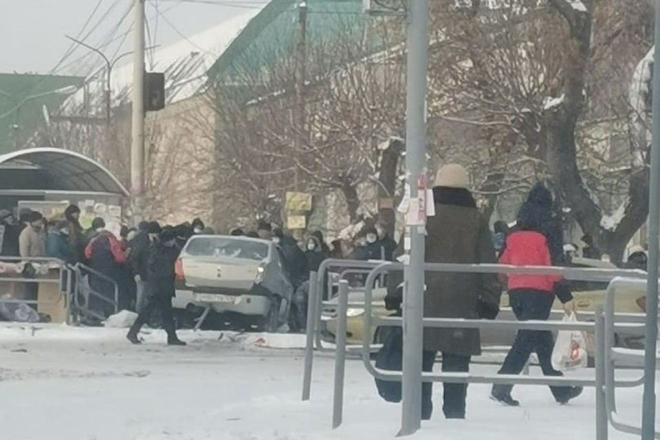 Машина влетела в толпу. Фото: instagram.com/cheliabinskienovosti