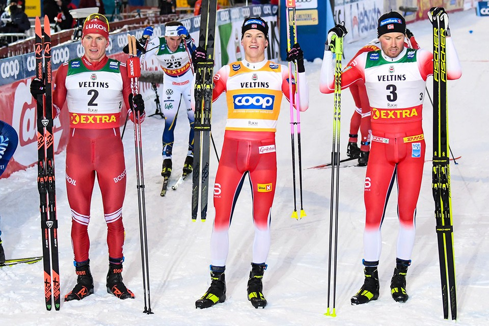Победители гонки преследования свободным стилем на дистанции 15 км на этапе Кубка мира (слева направо): российский лыжник Александр Большунов (второе место), норвежцы Йоханнес Клебо (первое место) и Эмиль Иверсен (третье место). Фото: EPA/KIMMO BRANDT/ТАСС