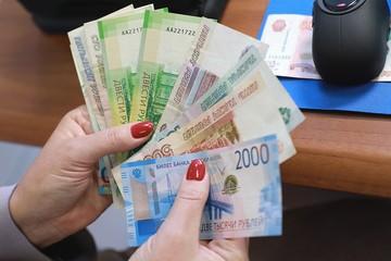 65-летняя сибирячка выбросила 300 тысяч рублей в окно, чтобы спасти сына