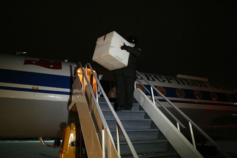 Вакцина в специальных охлаждающих контейнерах доставили на аэродром Североморск-1 летчики отдельного смешанного авиаполка армии ВВС и ПВО Северного флота на самолете Ту-134. Фото: Пресс-служба Северного флота.