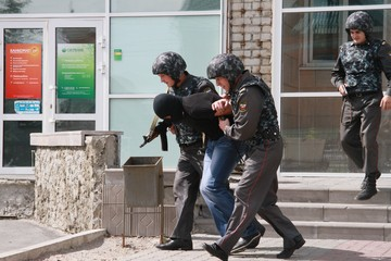 На Алтае мужчина ворвался в отделение банка и угрожал его взорвать
