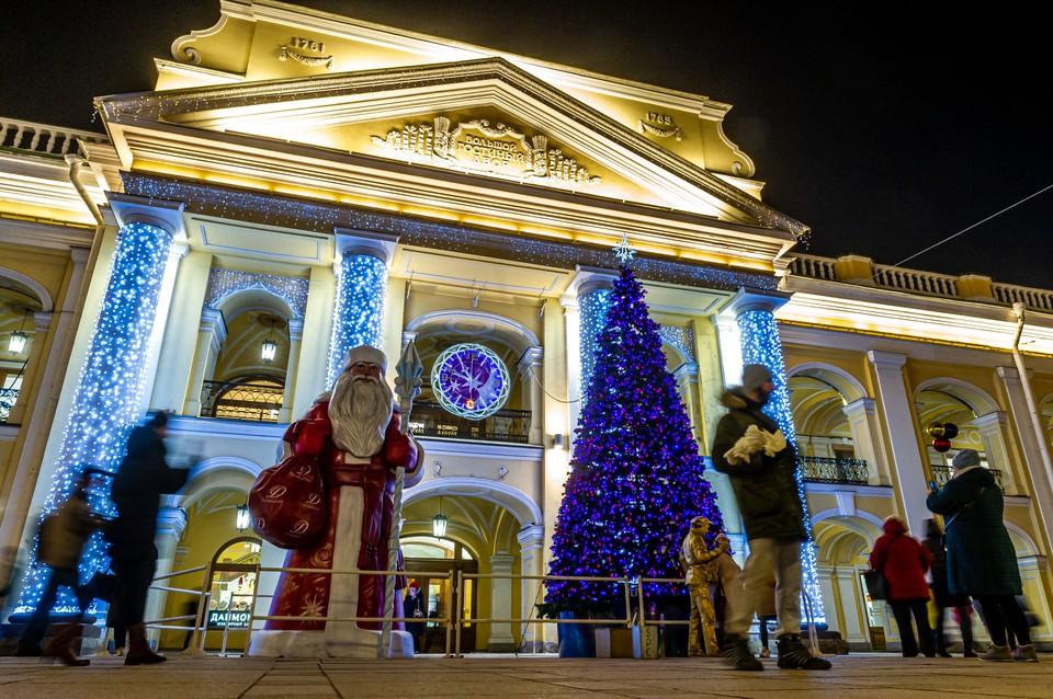 «Не кучковаться и не привлекать туристов»: Смольный объяснил цели новогодних ограничений в Санкт-Петербурге