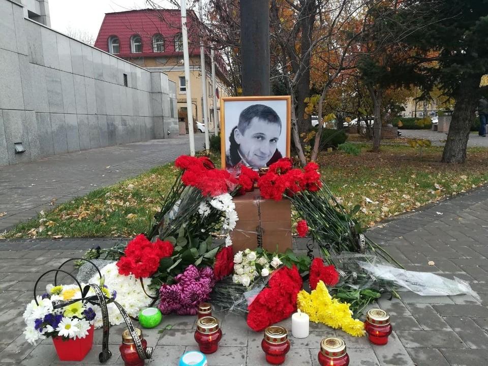 Трагедия случилась в центре Волгограда 23 октября. А спустя неделю отец 12-летней девочки скончался в больнице.