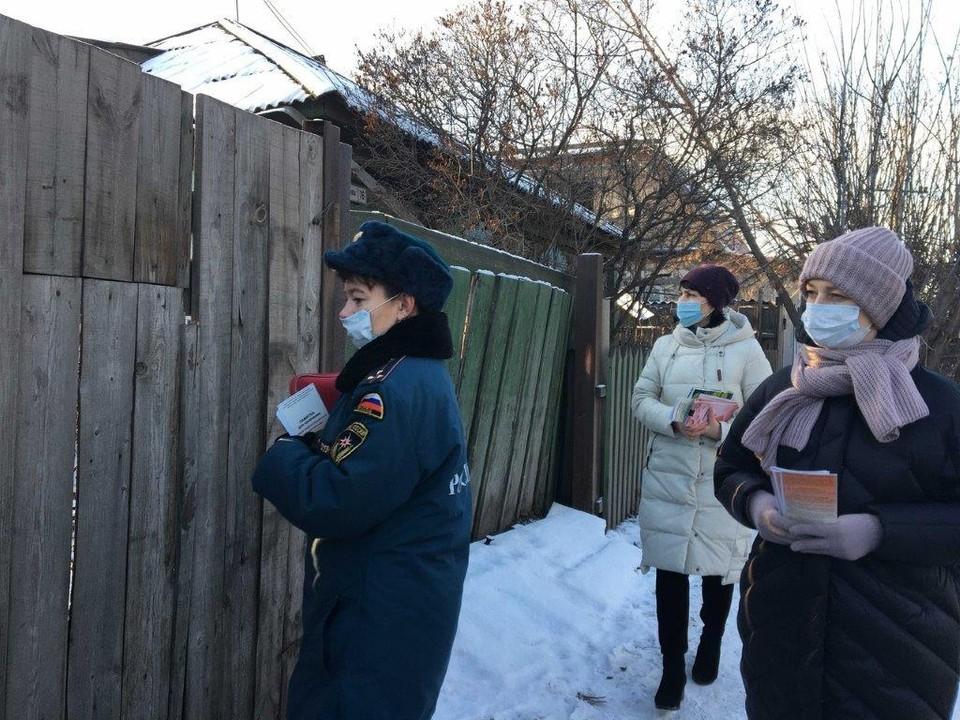 Администрация района еженедельно ведет профилактическую работу по пожбезопасности с жителями. Фото:пресс-служба администрации Красноярска.