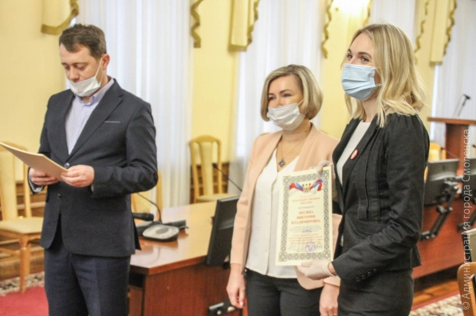 Зам. Главы Смоленска по социальной сфере вручила грамоты волонтерам Фото: администрация города.
