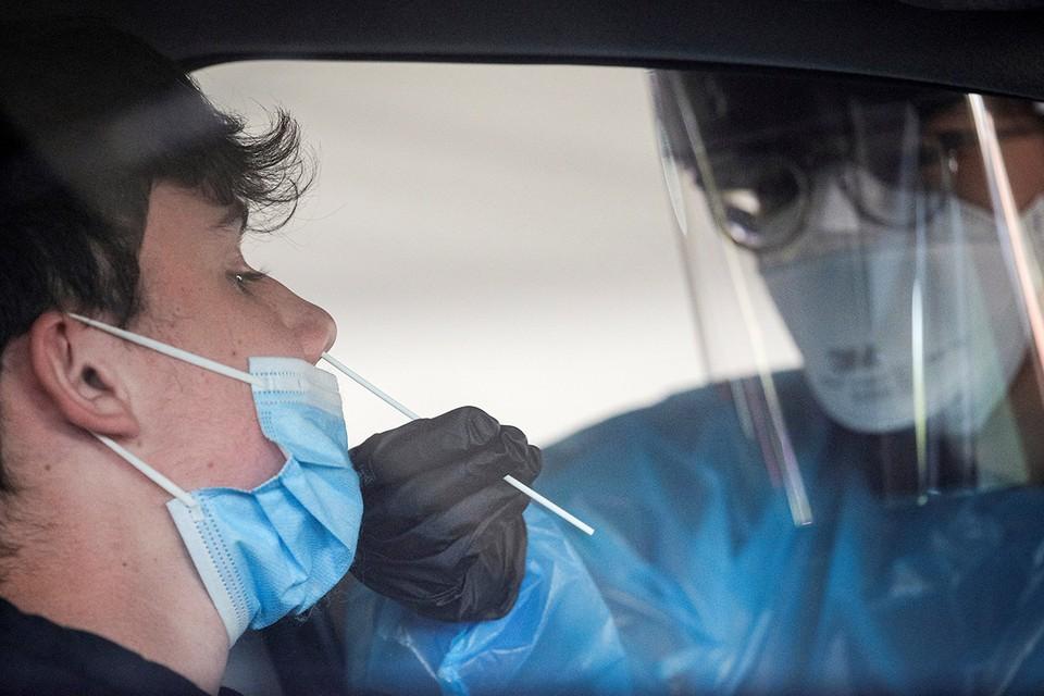 Мазок на коронавирус в США можно сдать, не выходя из машины.