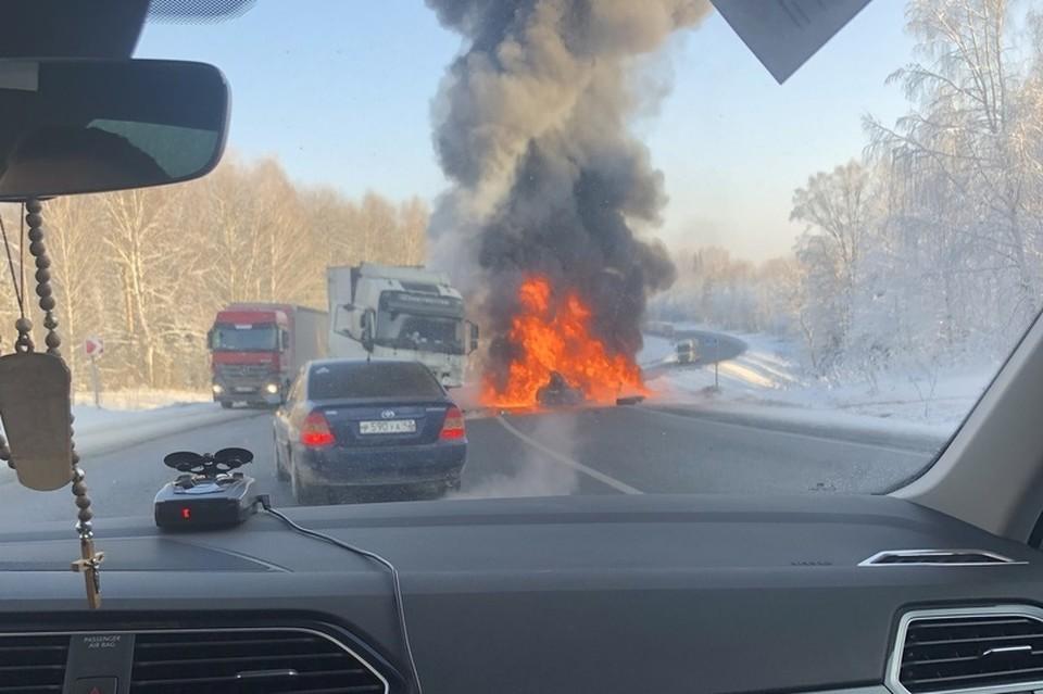 Три человека сгорели в иномарке на трассе в Кузбассе