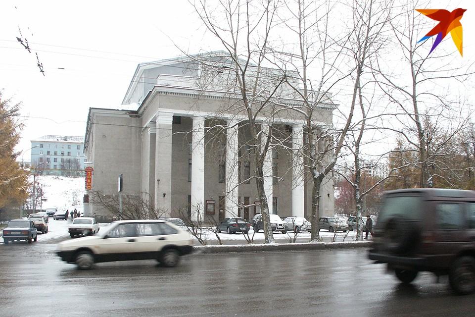 Оказалось, что Мурманский областной драматический театр мог бы тоже заработать. Но часть его сотрудников, в том числе актеры, заболели коронавирусом.