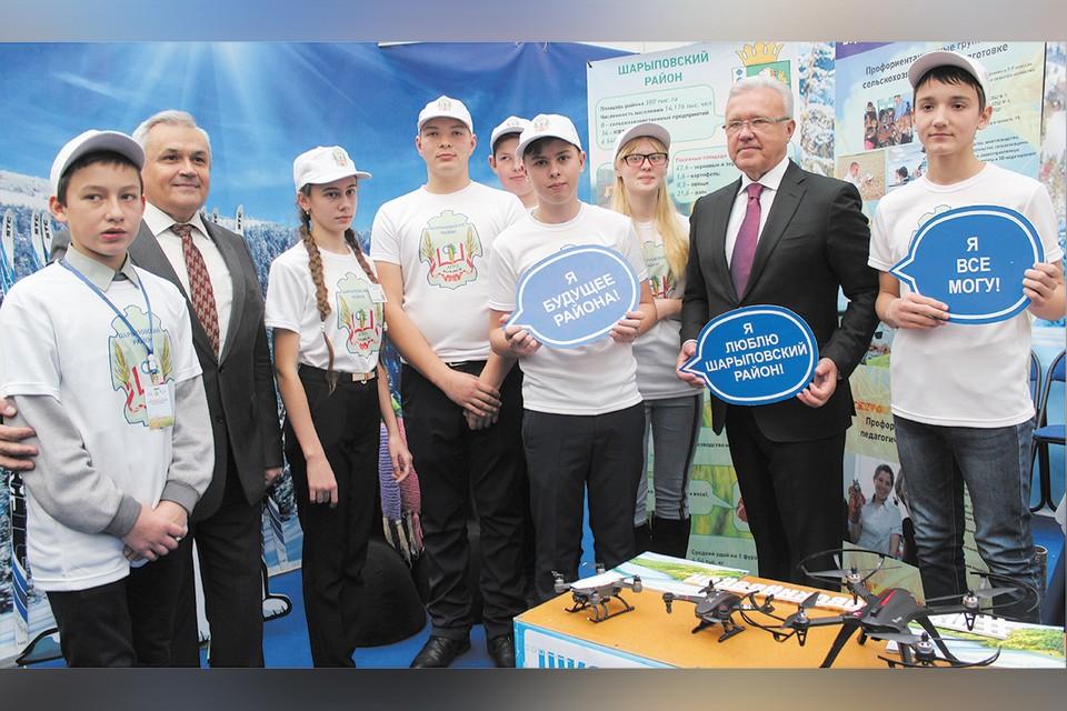 Губернатор А.В. Усс с юными аграриями Шарыповского района