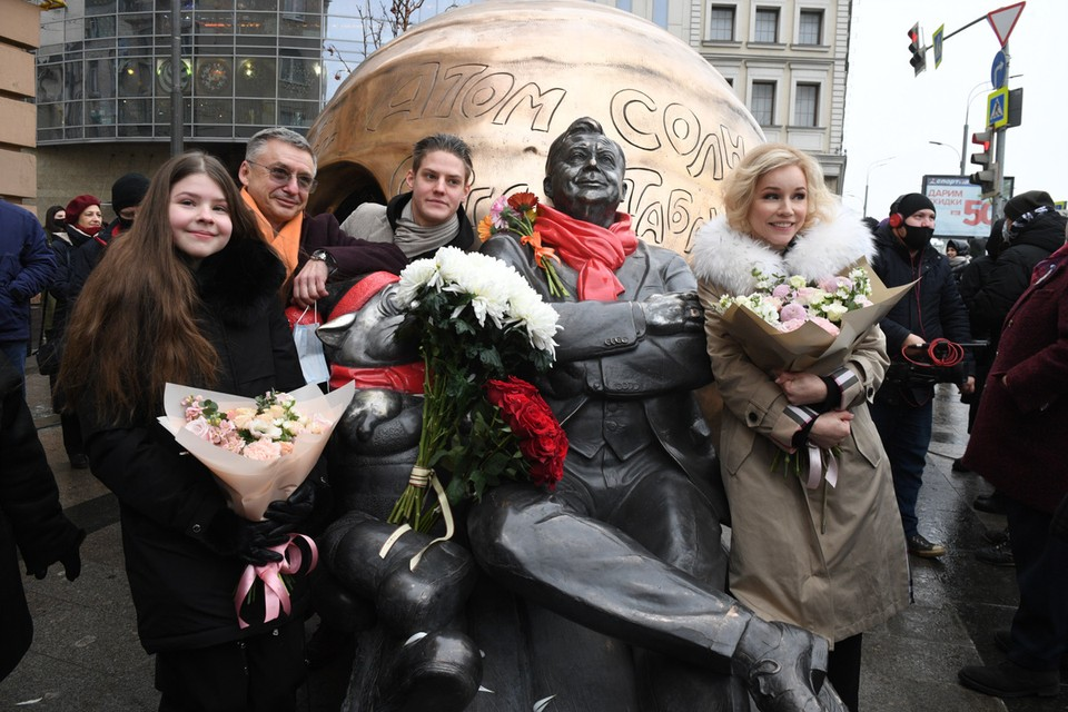 Монумент финансировали вскладчину родные, друзья, ученики и коллеги Табакова.