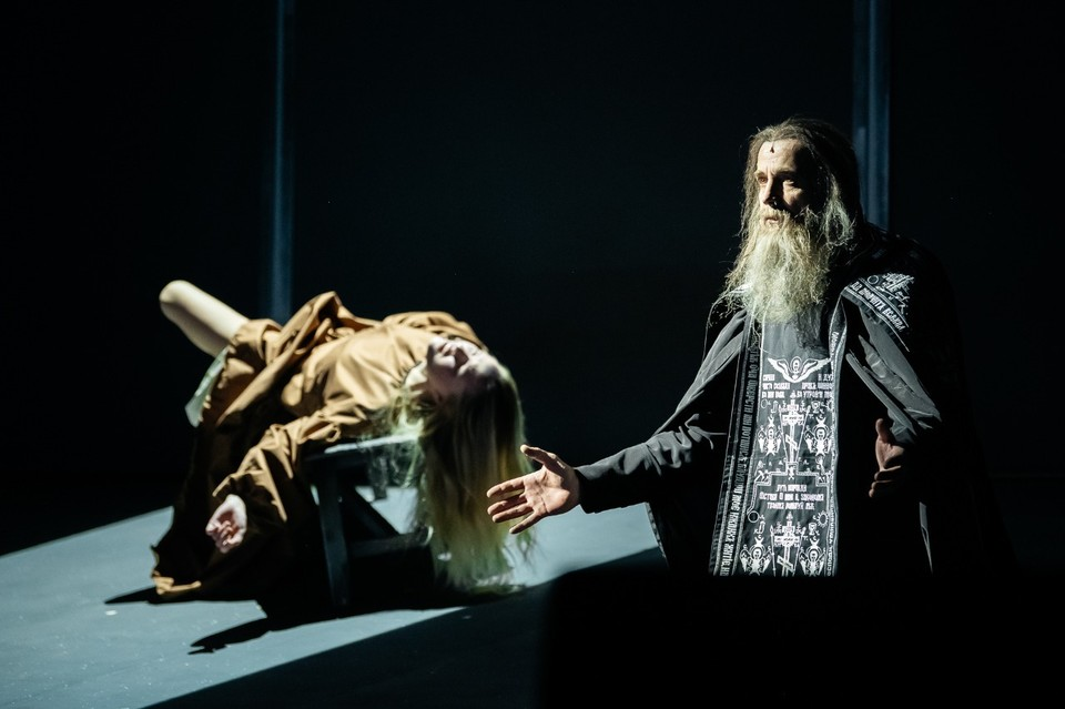 """Фрагмент спектакля """"Лавр"""" на сцене МХАТ. Фото: mxat-teatr.ru"""