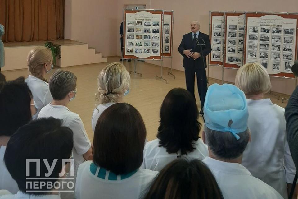 Лукашенко общается с коллективом Могилевской областной больницы. Фото: Telegram-канал «Пул Первого»