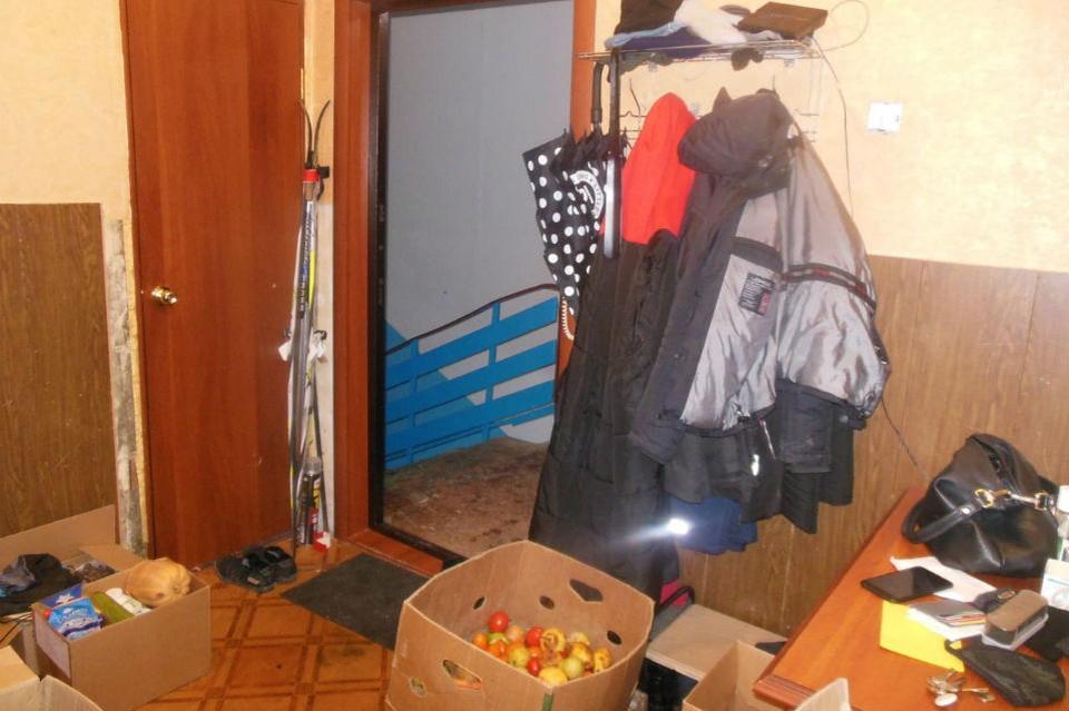 Мужчины ворвались в квартиру и стали избивать ее хозяина. Фото: СКР по Мурманской области