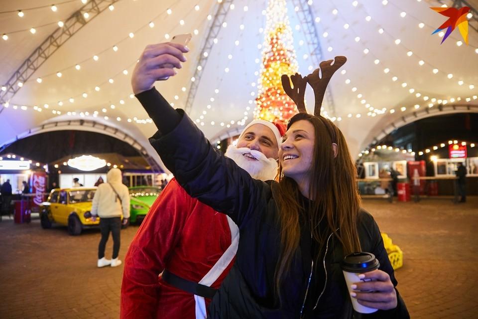 Огоньки и гирлянды на городских новогодних елках будут включать с 15 декабря по 14 января.