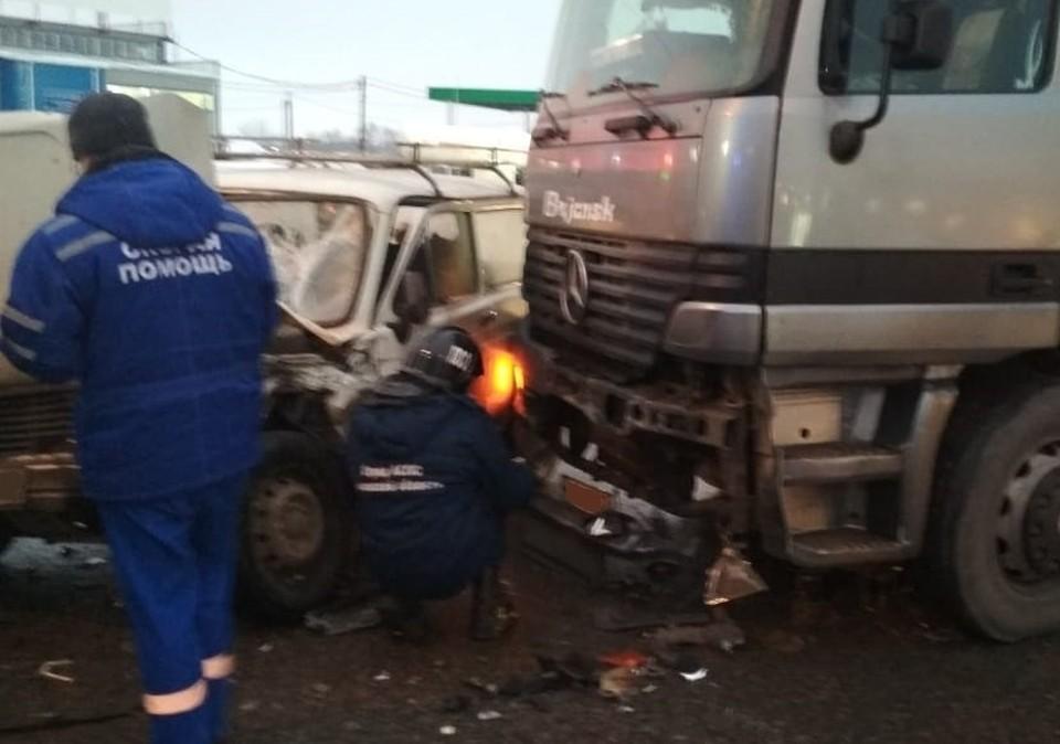 Водитель отечественной легковушки госпитализирован с места аварии. Фото: МЧС России по Орловской области