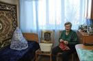 Бабушки из дома-интерната в Энгельсе передали в детский дом вязаные вещи