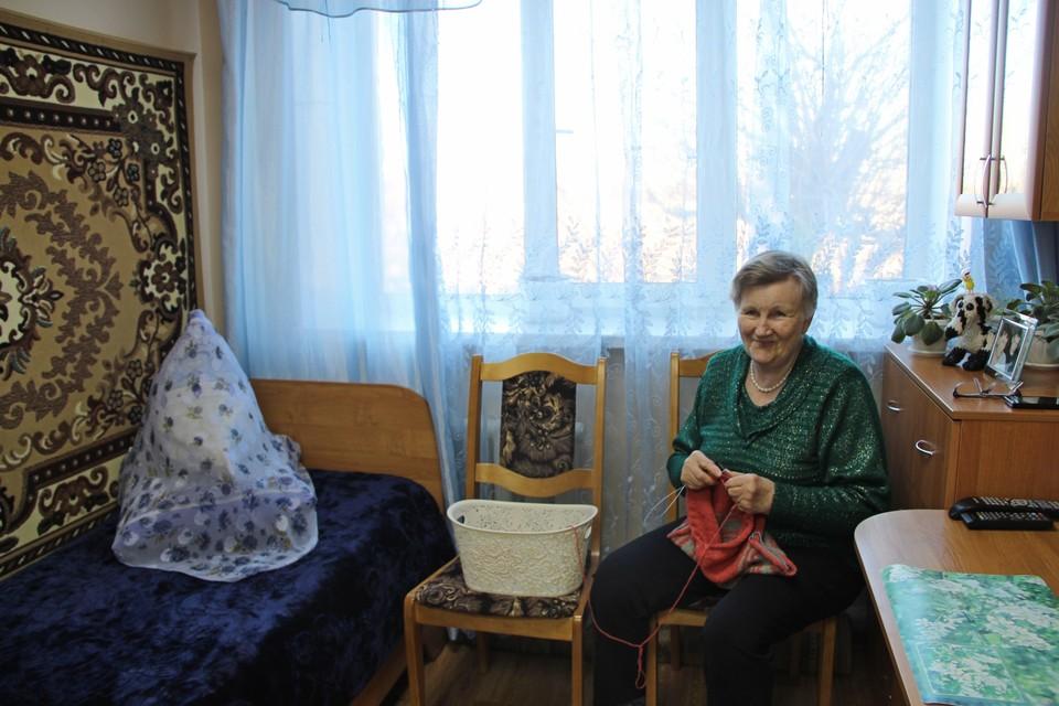 Пенсионерки из Энгельсского дома-интерната связали теплые вещи для малышей из дома ребенка. Фото министерства труда и социальной защиты области