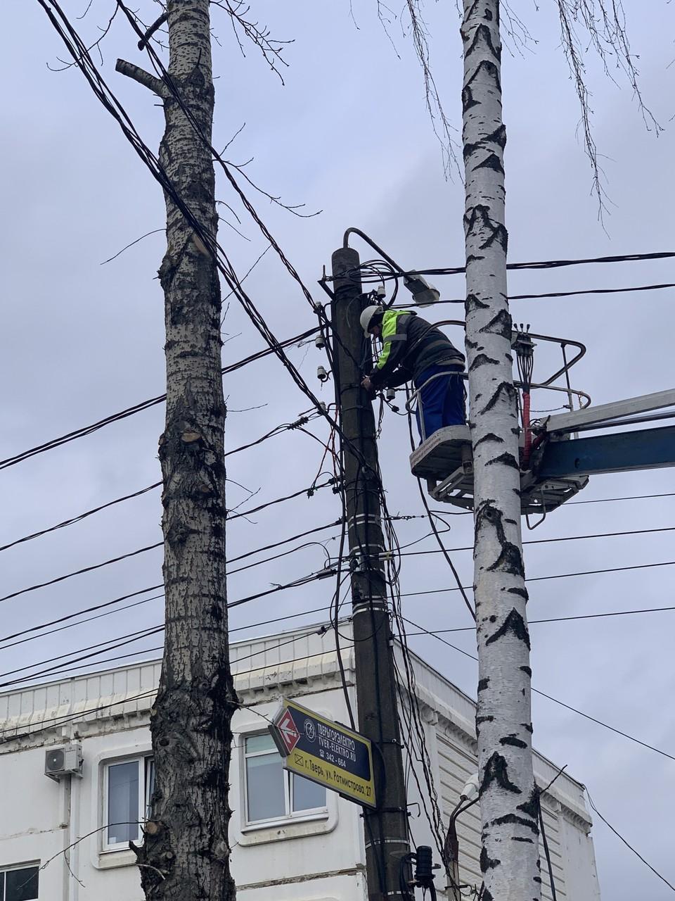 Многие процессы давно автоматизированы, но самый сложный и ответственный труд по обслуживанию электросетей по-прежнему выполняет человек