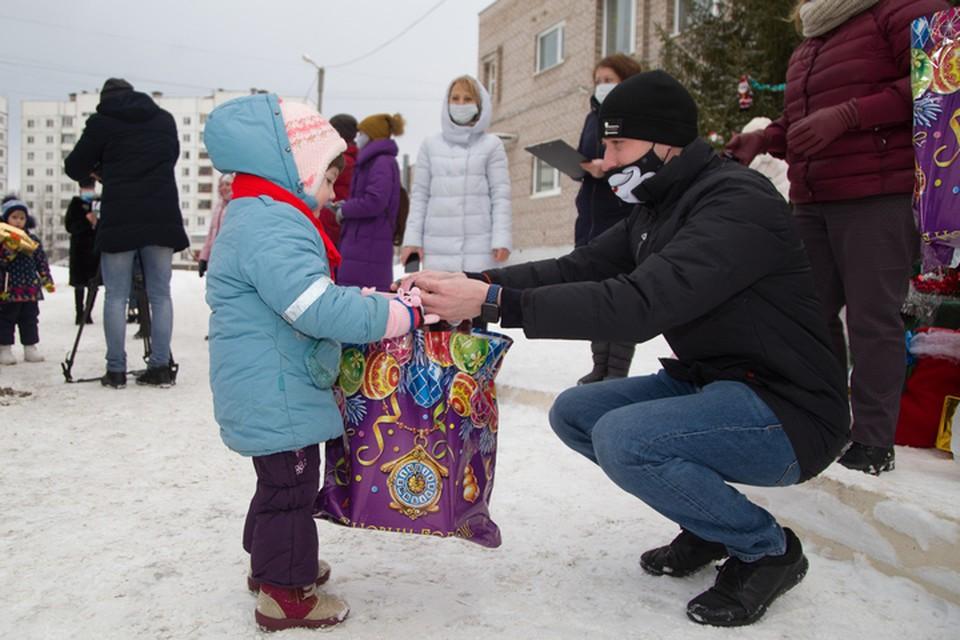 Воспитанники семейного центра «Вместе» получили именные подарки, которые они просили в письме к Деду Морозу
