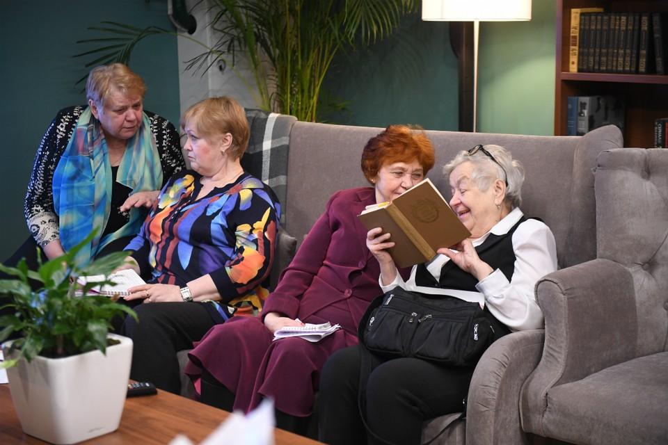 В группах дневного присмотра пенсионеры общаются друг с другом и не остаются в одиночестве.