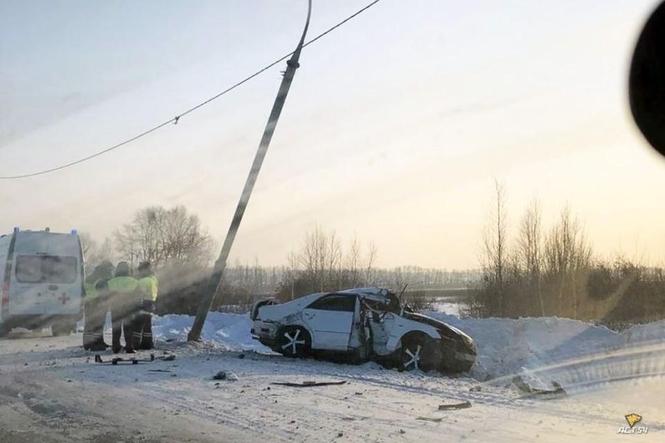 Под Новосибирском автомобиль врезался в фонарный столб.