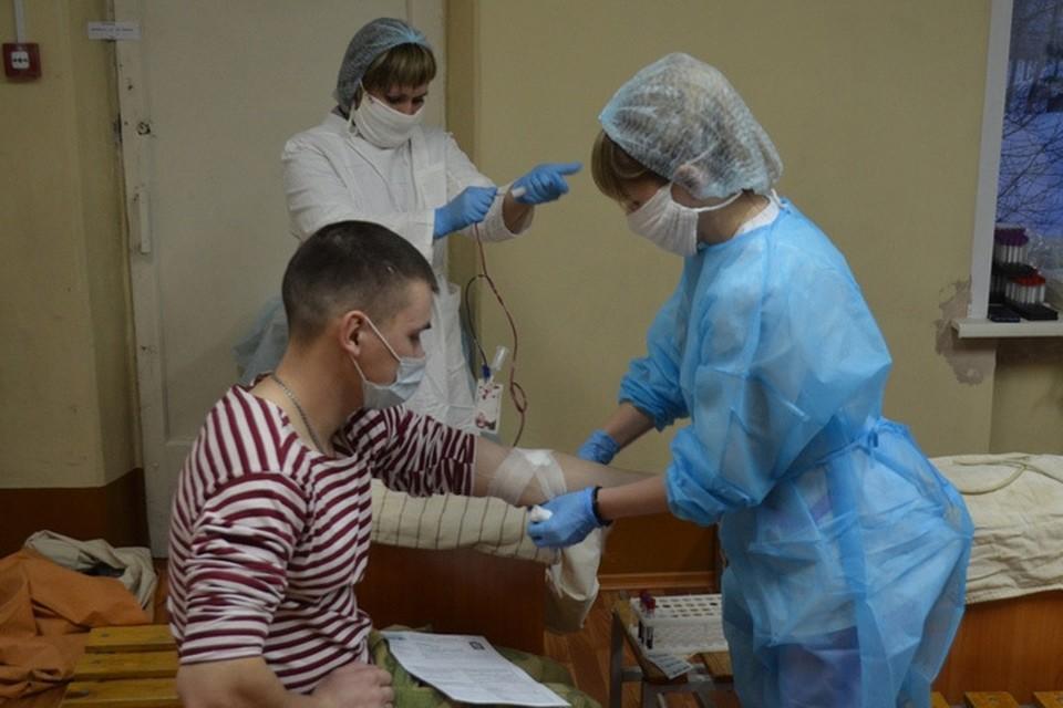 Сдача крови ( Фото: Управление Росгвардии по Алтайскому краю)