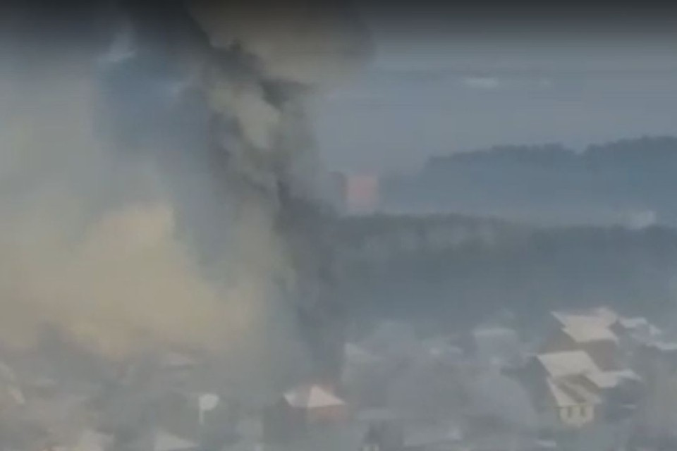 Столб дыма был виден в разных районах города. Фото: скриншот из видео.