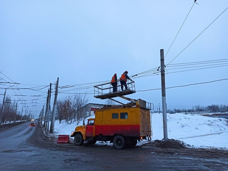 В Елшанке продолжается ремонт оборванных троллейбусных контактных сетей