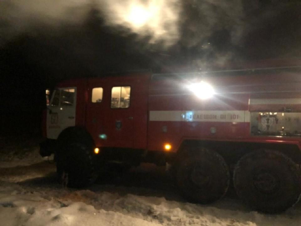 Пожарные смогли начать тушить огонь только через 2 часа после приезда. Фото: ГУ МЧС по НСО.