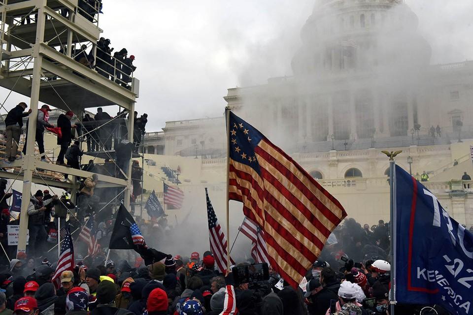 Весь мир с удивлением смотрел, как толпа штурмует Капитолий – символ американской демократии.