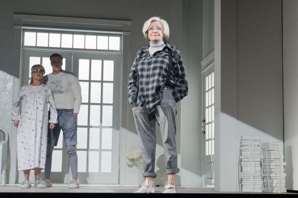 В кино Марина Неелова сегодня почти не снимается, ей хватает работы в театре