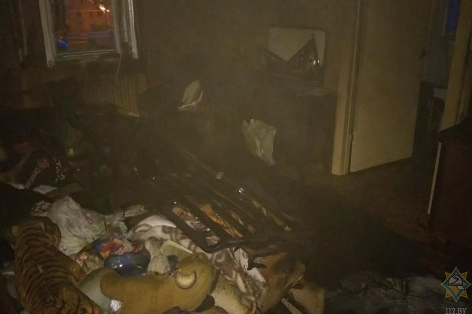 В Минске в трехкомнатной квартире случился пожар. Сотрудники МЧС спасли трех человек. Фото: МЧС