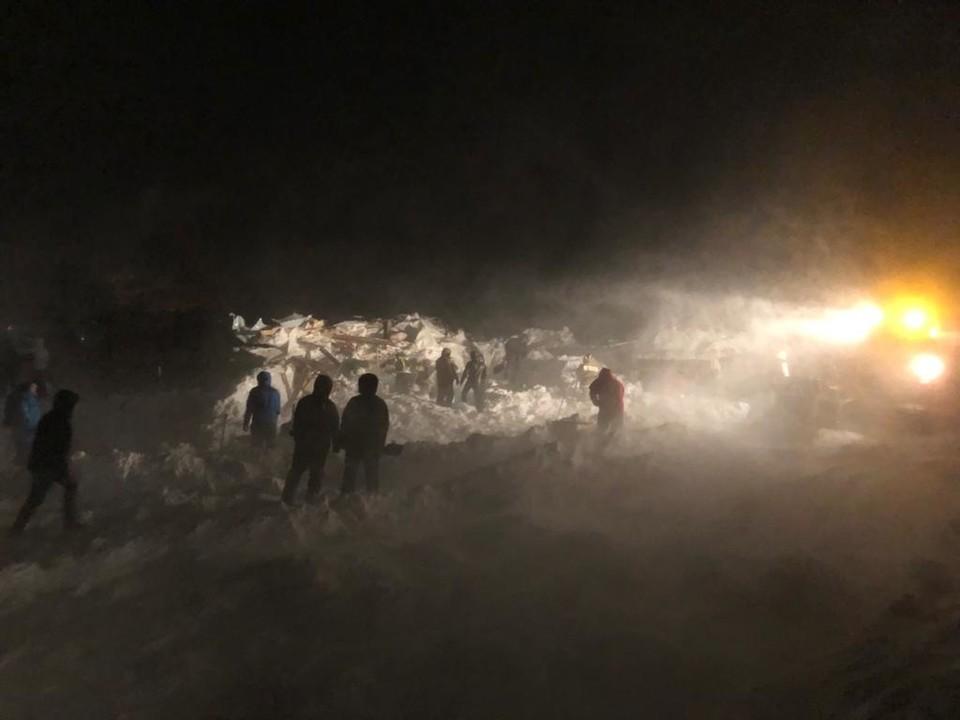 На лыжной базе в Норильске есть угроза повторного схода лавины. Фото: МЧС России