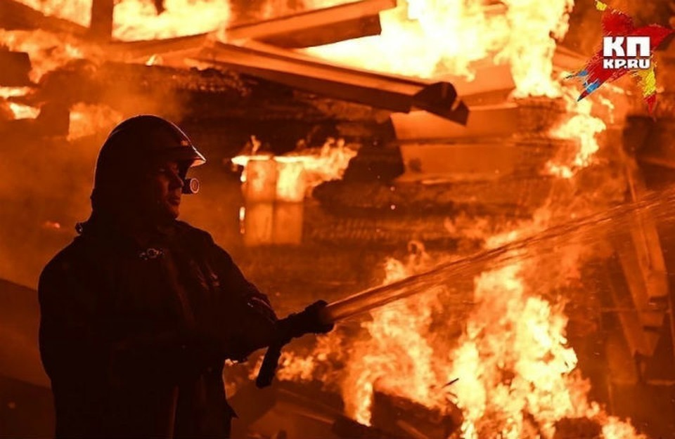 Жилой дом сгорел в Нижнем Новгороде из-за гирлянды.