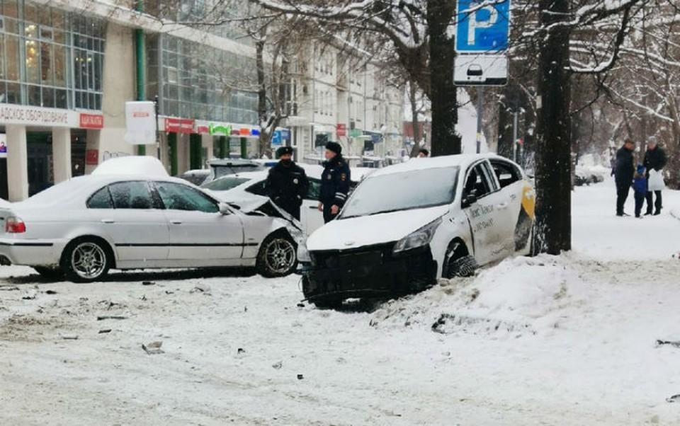 """На улице Горького столкнулись такси и легковушка. ФОТО: """"Регион-52"""""""