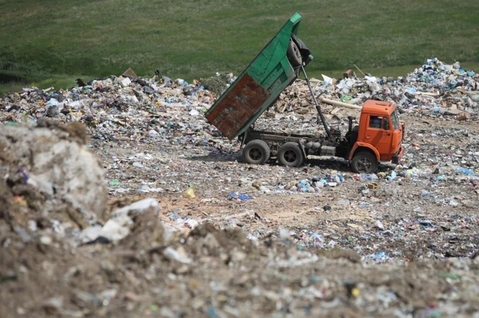 В Новосибирске на городской свалке мужчину насмерть придавило кузовом от мусоровоза.